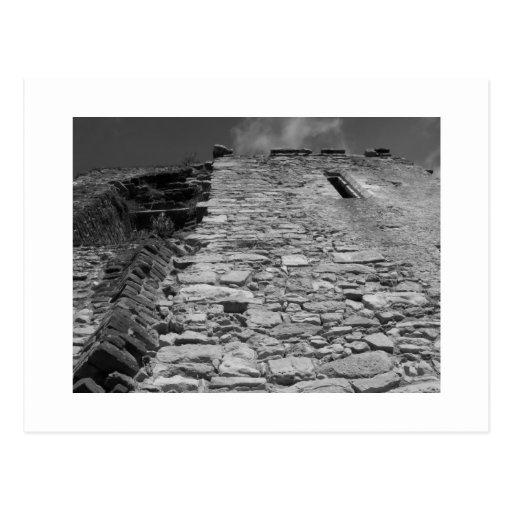Vieux bâtiment. Mur en pierre et ciel Carte Postale