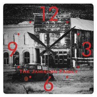 Vieux bâtiments avec l'horloge customisée par horloge carrée