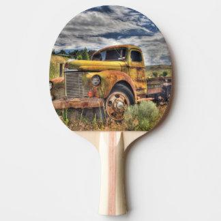Vieux camion abandonné dans le domaine raquette de ping pong