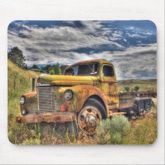 Vieux camion abandonné dans le domaine tapis de souris