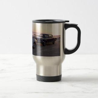 Vieux camion et 'mustang 66 faits sur commande sur mug de voyage