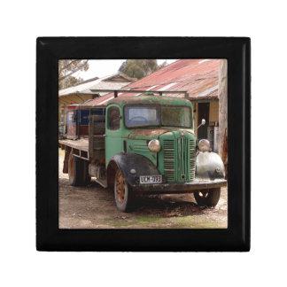 Vieux camion vert boîte à souvenirs