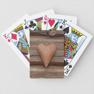 Vieux coeur rustique sur le bois de cabine de rond jeu de cartes
