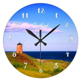 Vieux moulin à vent en Ecosse, belle horloge