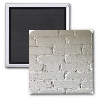 Vieux mur de briques blanc avec des recoins et des magnet carré