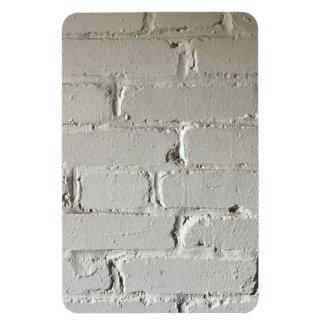 Vieux mur de briques blanc avec des recoins et des magnet rectangulaire