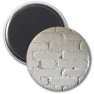 Vieux mur de briques blanc avec des recoins et des magnet rond 8 cm