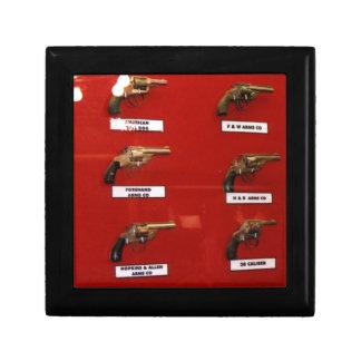 Vieux pistolets à six coups occidentaux petite boîte à bijoux carrée