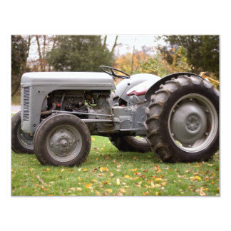 Vieux tracteur dans la chute carton d'invitation 10,79 cm x 13,97 cm