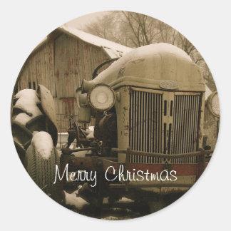 Vieux tracteur dans le joint d'enveloppe de Noël Adhésif Rond