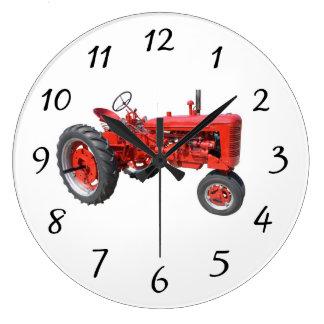 Vieux tracteur rouge grande horloge ronde