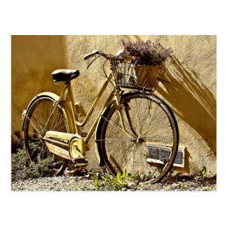 Vieux vélo de deux-roues carte postale