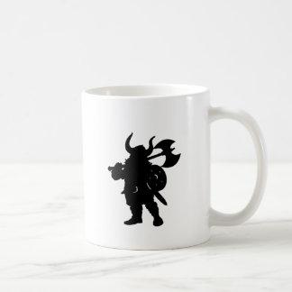 Viking en silhouette, avec la hache au-dessus de mug