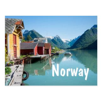 Village et un fjord en carte postale des textes de