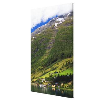 Village étrange par le fjord, Norvège Toiles