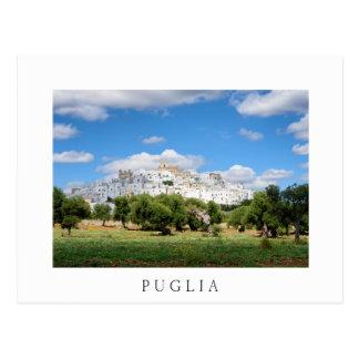 Ville de la Puglia avec la carte postale de blanc