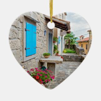 Ville de vieille vue pavée en cailloutis de rue de ornement cœur en céramique