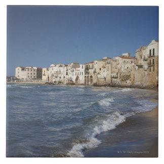 Ville de vieux bâtiments sur la plage grand carreau carré