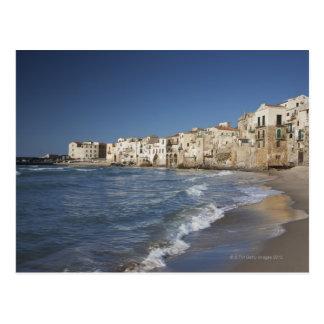 Ville de vieux bâtiments sur la plage carte postale