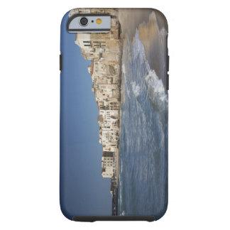 Ville de vieux bâtiments sur la plage coque iPhone 6 tough