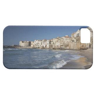 Ville de vieux bâtiments sur la plage étuis iPhone 5