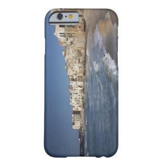 Ville de vieux bâtiments sur la plage coque barely there iPhone 6