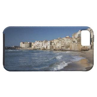 Ville de vieux bâtiments sur la plage coque Case-Mate iPhone 5