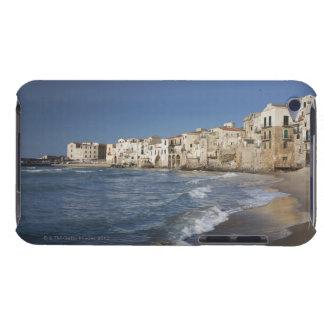 Ville de vieux bâtiments sur la plage coques iPod Case-Mate