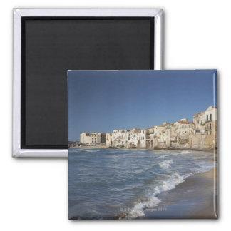 Ville de vieux bâtiments sur la plage magnet carré