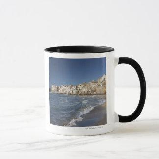 Ville de vieux bâtiments sur la plage mug