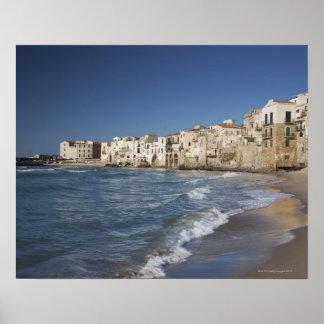 Ville de vieux bâtiments sur la plage poster