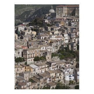 Ville de vieux bâtiments sur le flanc de coteau cartes postales