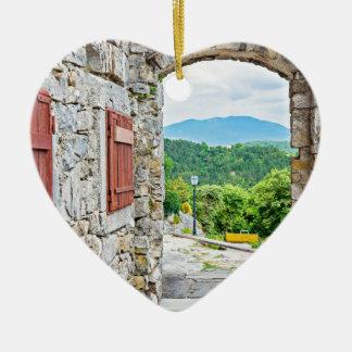 Ville de vue de porte et de rue de pierre de ornement cœur en céramique