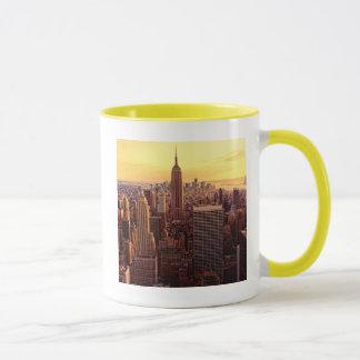 Ville d'horizon de New York avec l'état d'empire Mug