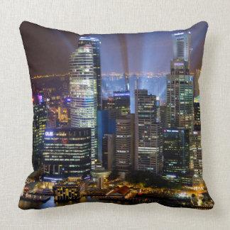 Ville du centre de Singapour la nuit Coussin Décoratif