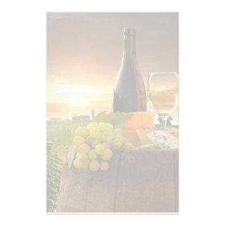 Vin blanc avec le baril sur le vignoble dans papeterie
