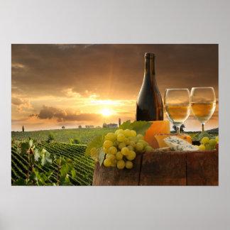 Vin blanc avec le baril sur le vignoble dans posters