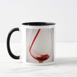 Vin rouge versant dans le verre, plan rapproché mug
