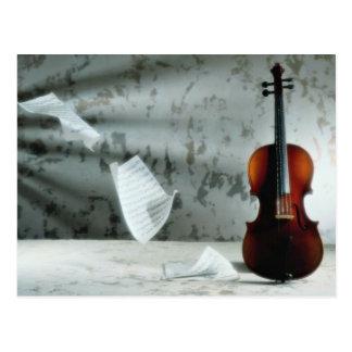 Violon avec le flottement de feuilles de musique carte postale