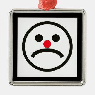 Visage de regard triste avec le nez rouge effronté ornement carré argenté