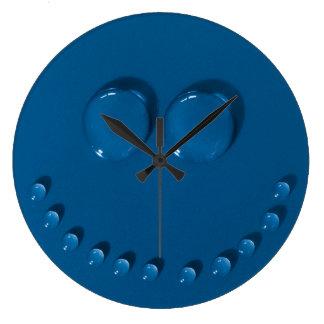 Visage de sourire fait de waterdrops sur un bleu grande horloge ronde