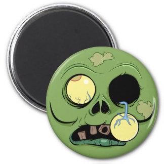 Visage de zombi avec l'oeil sautant aimant