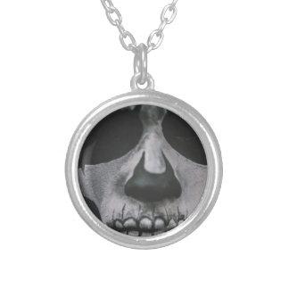Visage effrayant noir et blanc… pendentif rond