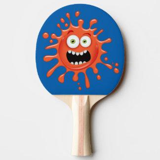 Visage effrayé superbe éclaboussé sur la palette raquette tennis de table