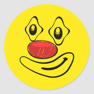 Visage maladroit de smiley de jaune de clown sticker rond