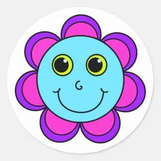 Visage rose et pourpre bleu de smiley de fleur sticker rond
