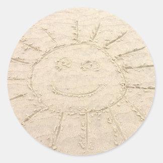 Visage souriant dans le dessin heureux de plage de sticker rond