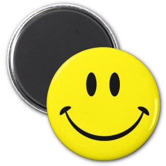 Visage souriant de bonheur magnet rond 8 cm