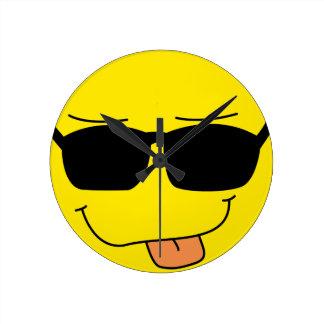 Visage souriant drôle horloge ronde
