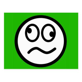 Visage souriant drôle sur l'arrière - plan vert carte postale